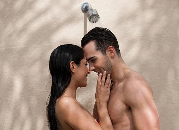 paar in dusche - sonnendusche stock-fotos und bilder