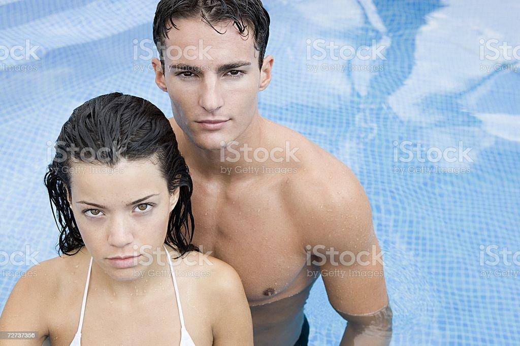 Casal em uma piscina foto de stock royalty-free