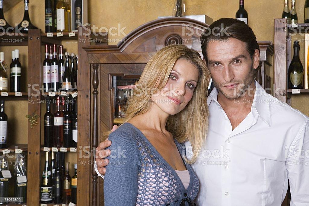 Casal em uma loja de vinhos foto de stock royalty-free