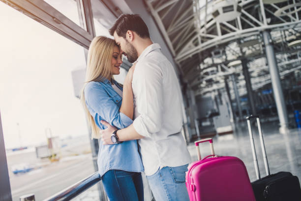 Картинки по запросу влюбленная пара в аэропорте