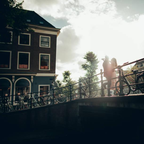 paar in amsterdam - hochzeitsreise amsterdam stock-fotos und bilder
