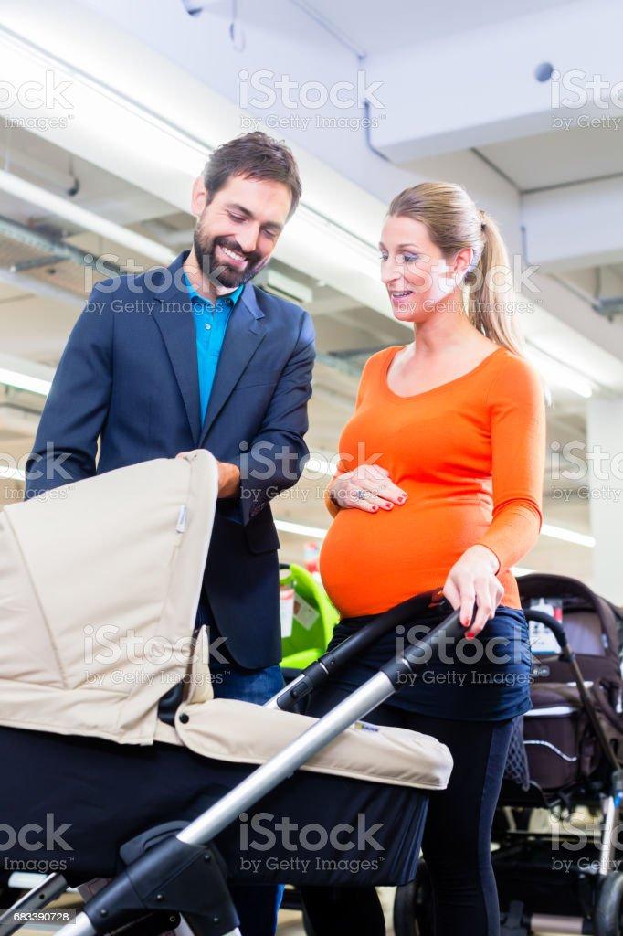 Paar im Babyshop kaufen Kinderwagen – Foto