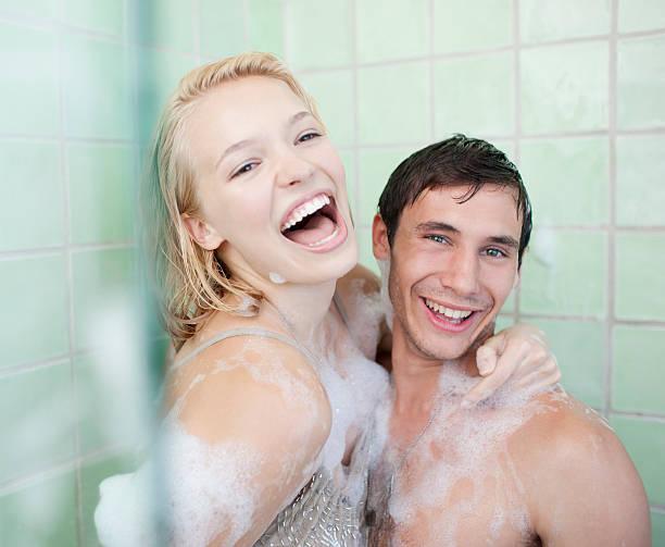 Casal na banheira com sabonete cervejas coberta - foto de acervo