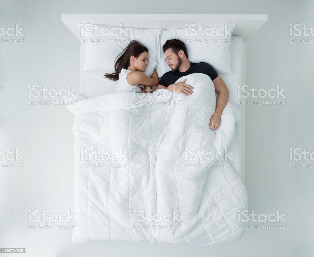 Pareja en la cama  - foto de stock