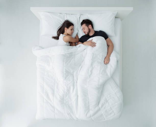 çift yatakta - yatak stok fotoğraflar ve resimler