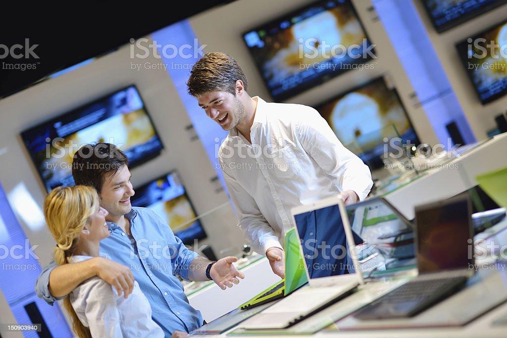 Paar in die consumer electronics store kaufen laptop – Foto