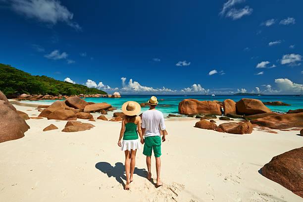 Paar in der grünen Zone zu Fuß am Strand auf den Seychellen – Foto