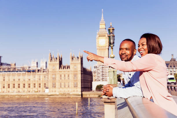 couple in london enjoying their summer vacation in london - love you angielski zwrot zdjęcia i obrazy z banku zdjęć