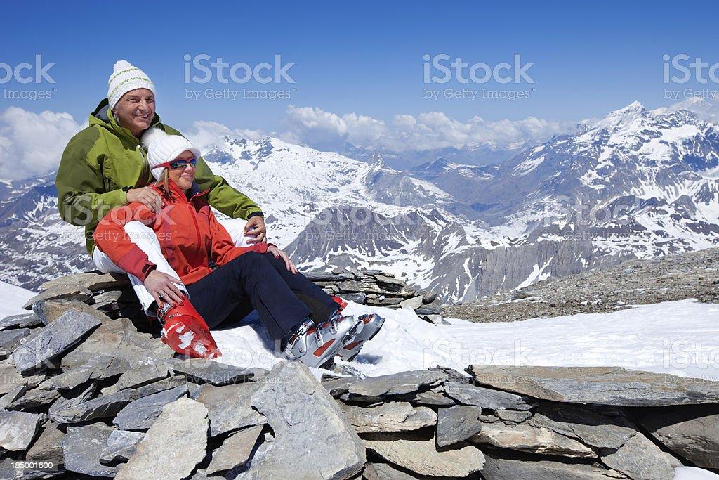 Paar in Liebe auf einem Berggipfel – Foto
