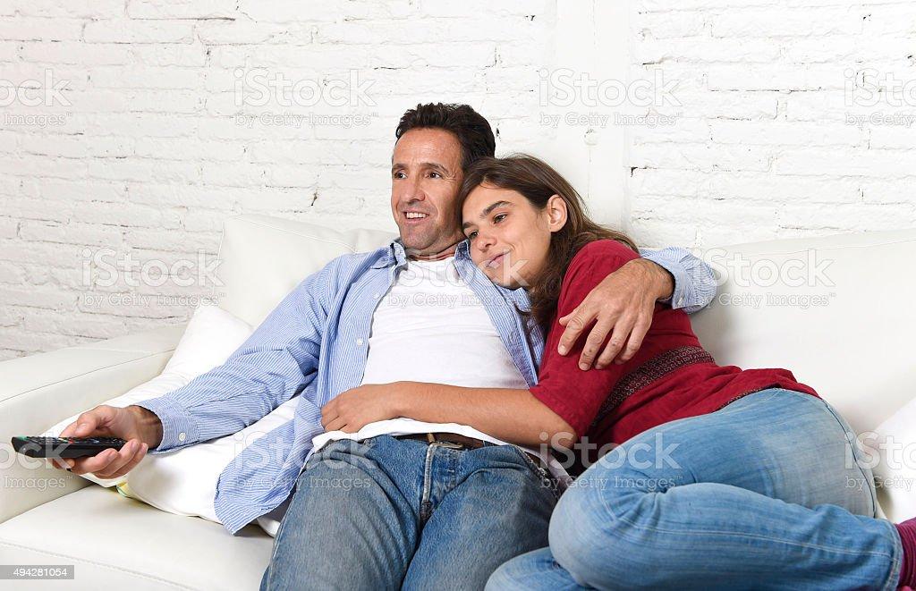 Paar in liebe kuscheln auf home sofa entspannen sie vor for Sofa kuscheln
