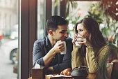カップル愛に飲むコーヒーをコーヒーショップ