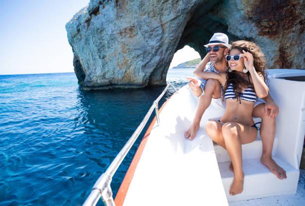 자킨토스 그리스의 요트에서 여름 휴가를 즐기는 사랑에 빠진 커플 - 나바지오 해변 - 이오니아 해 뉴스 사진 이미지
