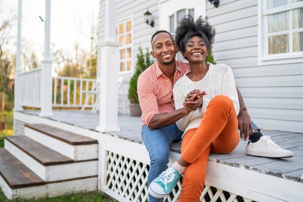 paar in der liebe hängen auf der veranda - eigenheim stock-fotos und bilder