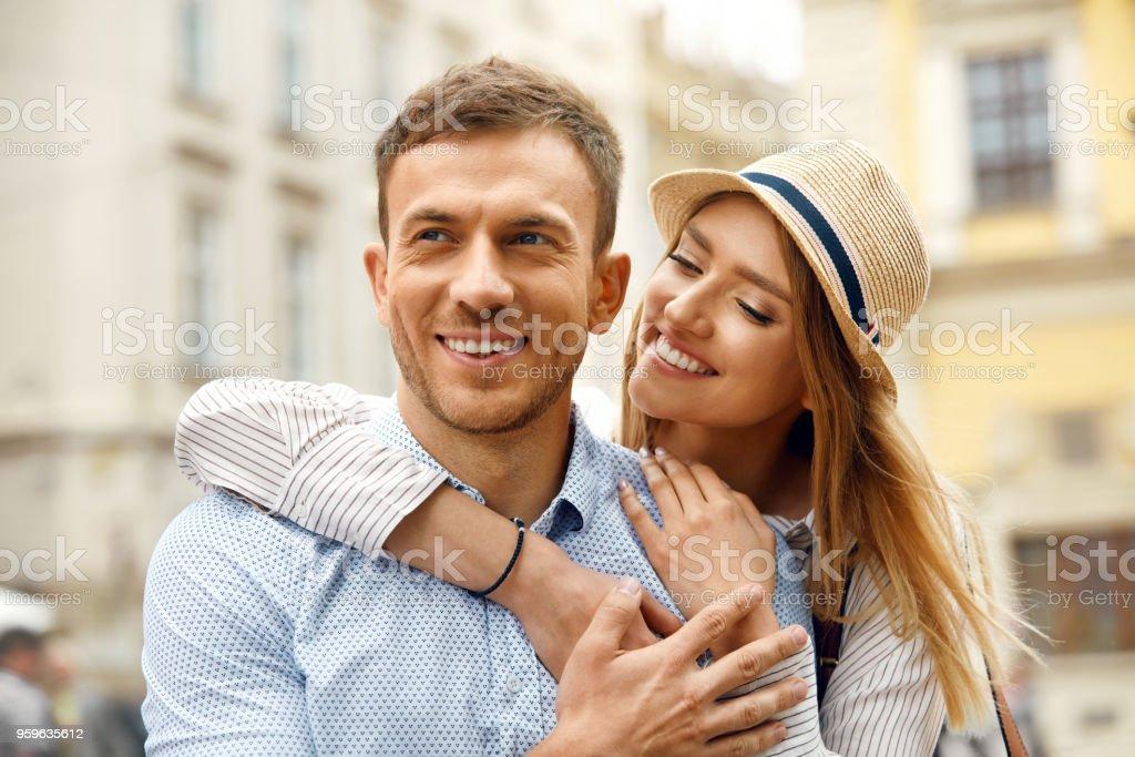 Pareja de enamorados. Personas románticas felices en la calle - Foto de stock de Abrazar libre de derechos