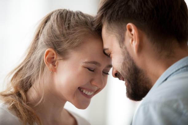 paar in der liebe mit einem date zu hause - die wahrheit tut weh stock-fotos und bilder