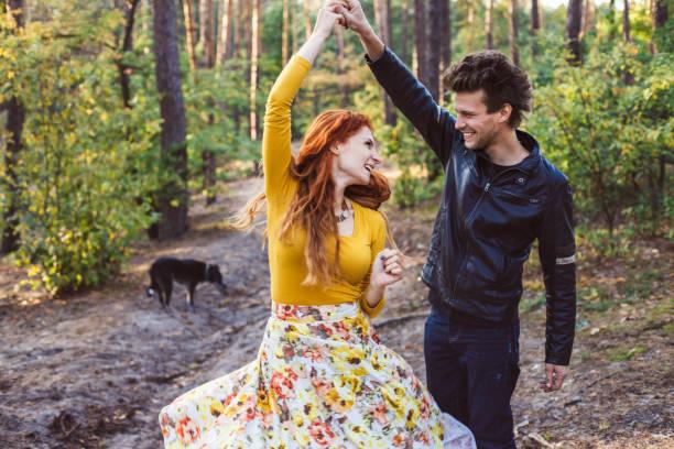 Paar in der Liebe in einem Wald, Park, genießen Sie einen schönen Herbsttag. – Foto