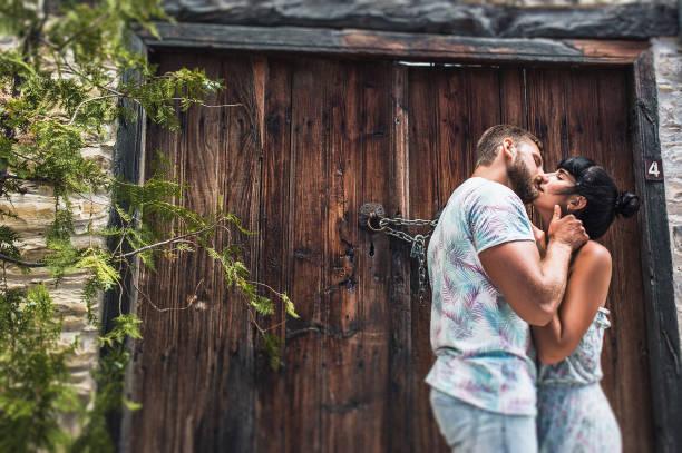paar in liebe küssen auf der straße - hochzeitsreise zypern stock-fotos und bilder