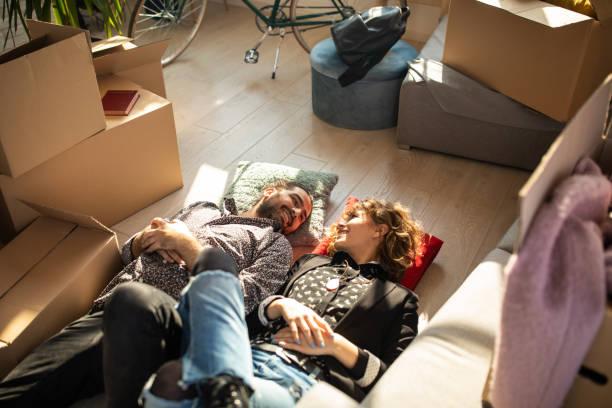 paar verliebt auf dem boden - verwandlungskissen stock-fotos und bilder