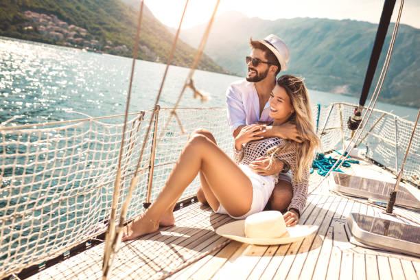 par i kärlek på en segelbåt i sommar. - smekmånad bildbanksfoton och bilder