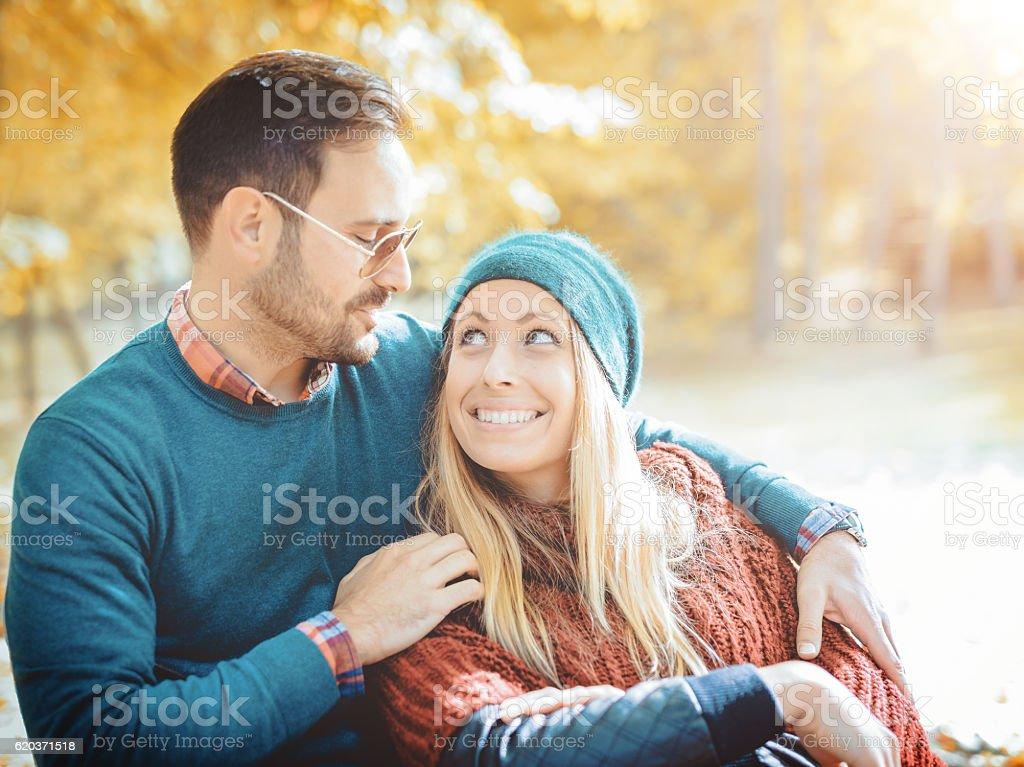 Casal apaixonado ao ar livre foto de stock royalty-free
