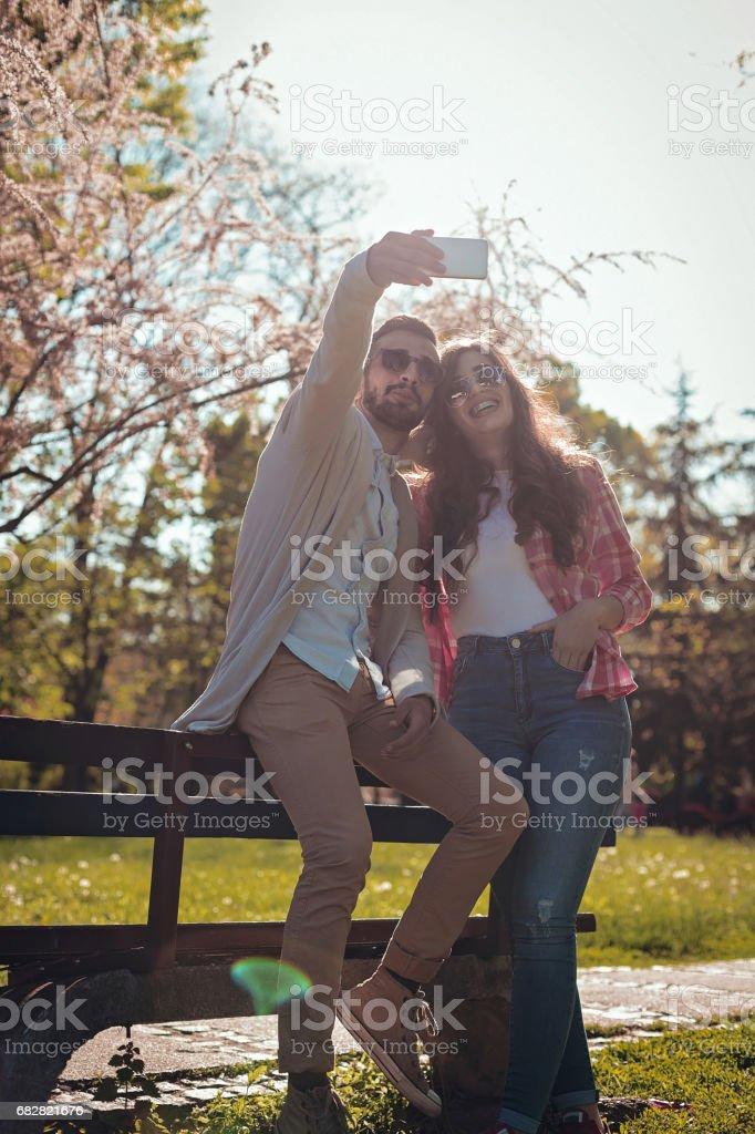 Paar in der Liebe auf einer Parkbank sitzen Lizenzfreies stock-foto