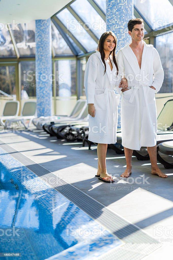 愛のカップルには、プールの横でのバスローブ ストックフォト