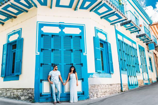 ein liebespaar geht die schönen straßen - hochzeitsreise zypern stock-fotos und bilder