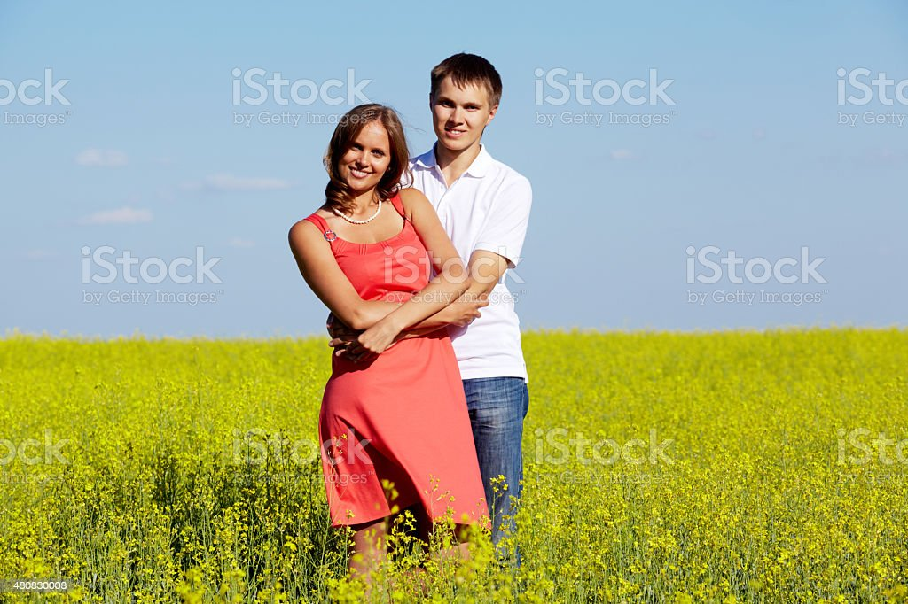 Paar im meadow Lizenzfreies stock-foto