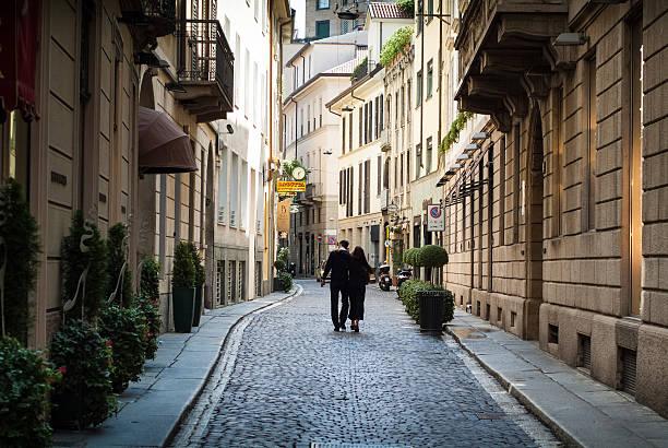 couple in milan - lecco lombardije stockfoto's en -beelden