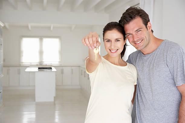 couple in new home - mid volwassen koppel stockfoto's en -beelden