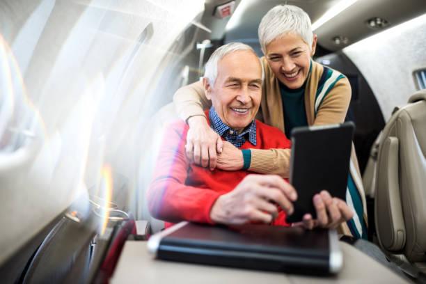 paar im privat-jet flugzeug - wie lange leben fliegen stock-fotos und bilder