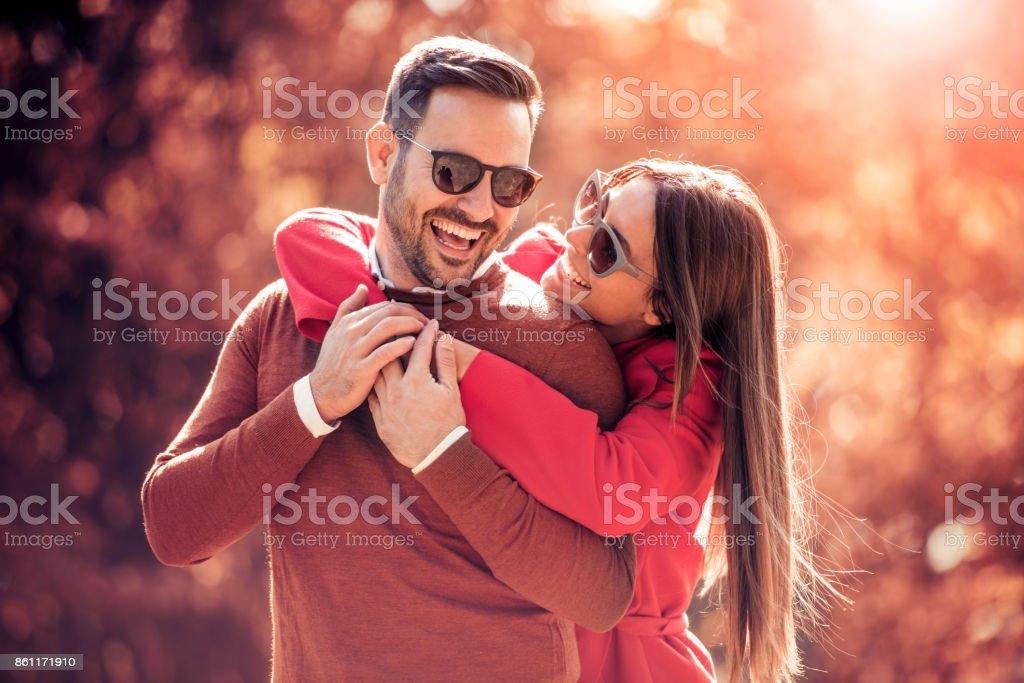 Casal no parque outono. - foto de acervo