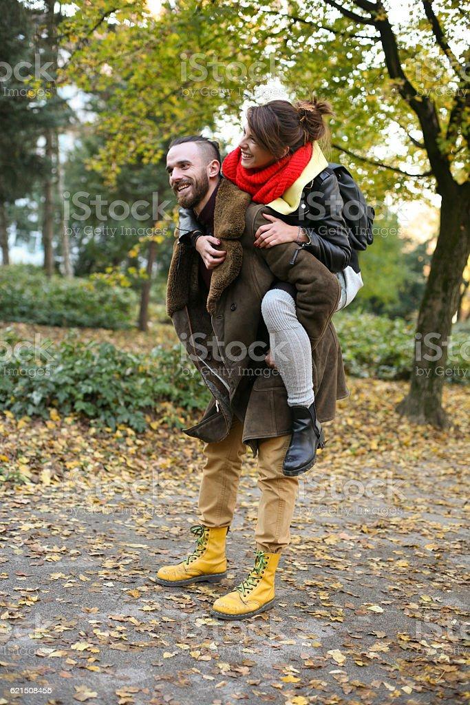 Paar im park. Lizenzfreies stock-foto