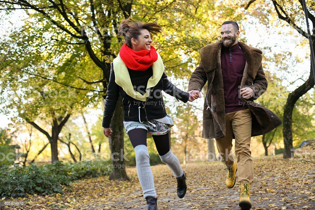 Couple dans le parc. photo libre de droits