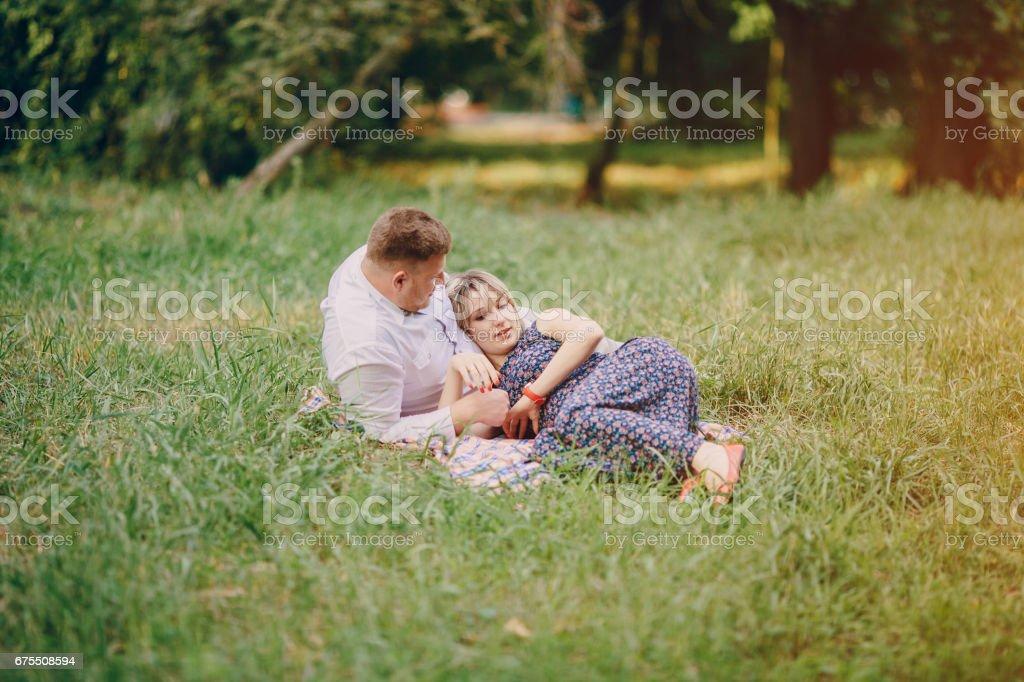 couple dans le parc photo libre de droits