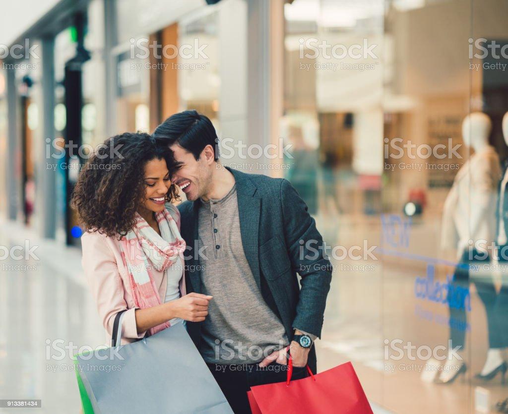 Paar im Einkaufszentrum – Foto