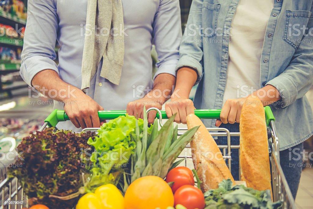 Pareja en el supermercado - foto de stock