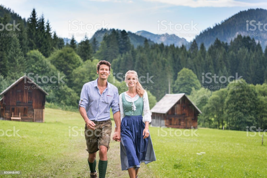 Paar in traditionellen Lederhosen und Dirndl Tracht, Österreich – Foto