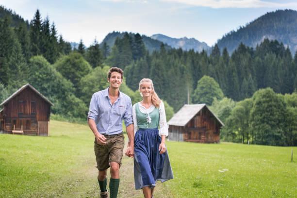 paar in traditionellen lederhosen und dirndl tracht, österreich - deutsche frauen stock-fotos und bilder