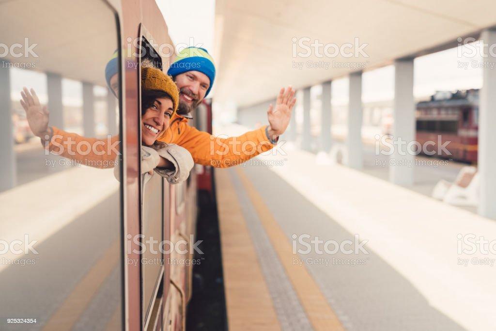 Paar in Zug Abschied winken – Foto