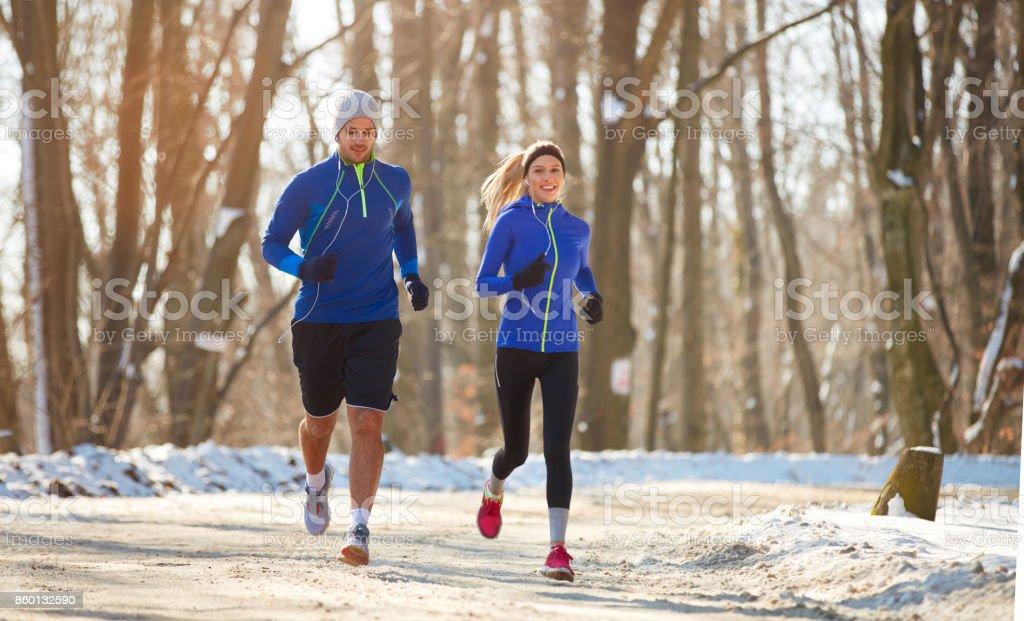 Paar im Winter zusammen laufen in der Natur – Foto