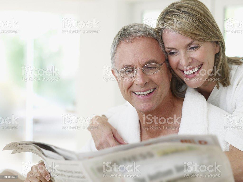 커플입니다 실내 독서모드 뉴스페이퍼 royalty-free 스톡 사진