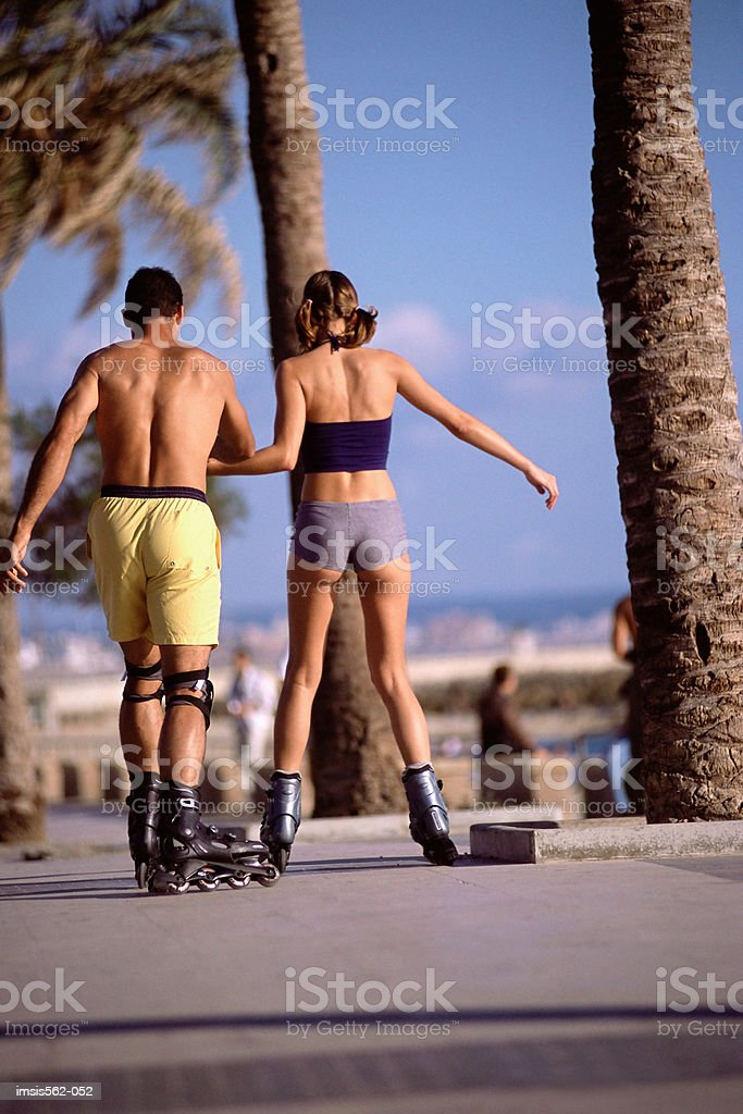 Couple in-line skating royalty free stockfoto