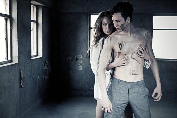 Paar in alten Gebäude – Foto