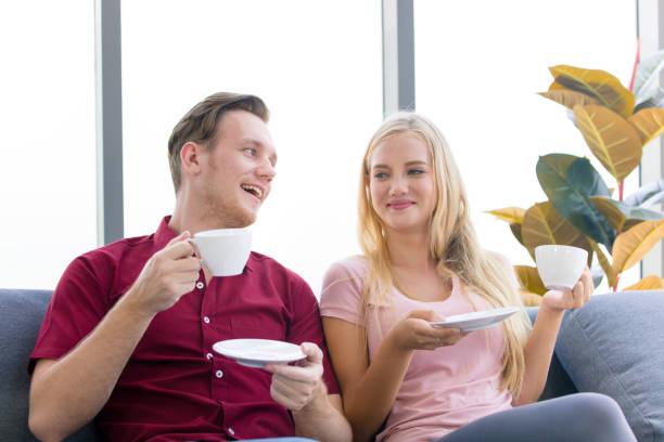 la pareja está bebiendo café y lo discutió por la mañana. - happy couple sharing a cup of coffee fotografías e imágenes de stock