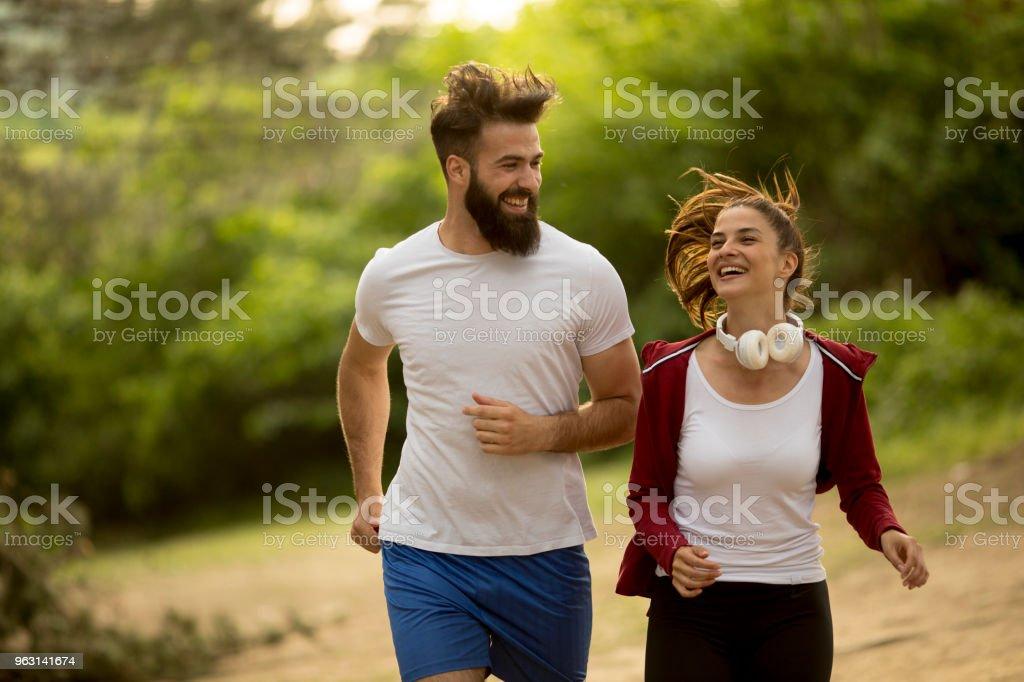 Par jogging utomhus i naturen - Royaltyfri Aktiv livsstil Bildbanksbilder