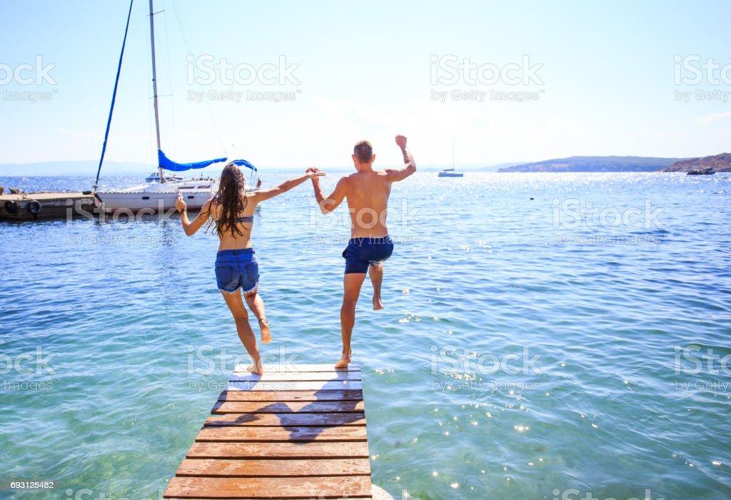 Paar Sprung ins Wasser – Foto
