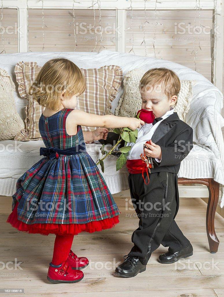7ad75de547 Piękna Para Dzieci W Ubrania Z Rose - zdjęcia stockowe i więcej ...