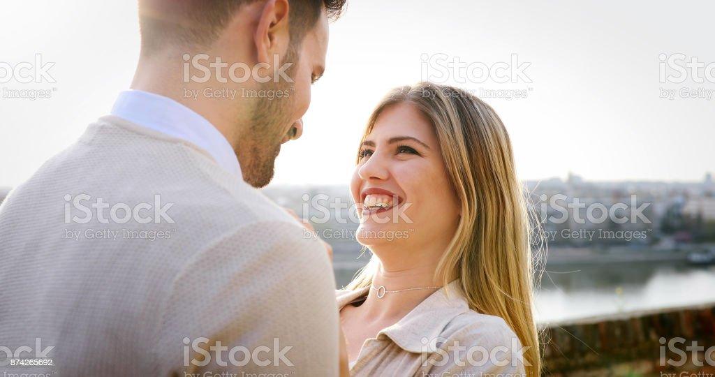 Paar küssen in der Stadt während des Sonnenuntergangs – Foto