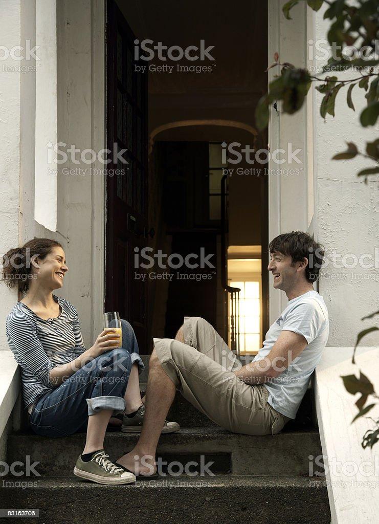 カップルの笑い、フロントの階段 ロイヤリティフリーストックフォト